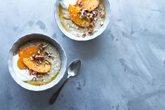Das Frühstück gilt als die wichtigste Mahlzeit vom Tag. Umso wichtiger ist  es sich dafür Zeit und Ruhe zu gönnen, um Energie getankt in den Tag zu  starten. Der wärmende Haferbrei kann als Basis für unzählige Variationen  des Frühstückslassikers verwendet werden. Mit einem Topping aus Früchten,  Beeren oder Kompott wird das Porridge je nach Saison und eigenem Geschmack  morgendlichen Muntermacher.   Zutaten Porridge 1 Prise Kardamom Samen 150 g Haferflocken 3 dl Wasser 3 dl Milch oder…