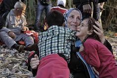 Una mujer consuela a sus hijas momentos después de desembarcar en Lesbos. El 58% de los refugiados llegados a Europa tras cruzar el Mediterráneo son mujeres y niños, indica Acnur.