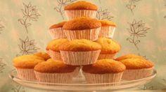 Altın renkli bu süper kolay cupcake'lerin üstünü istediğiniz kremayla kaplayın.