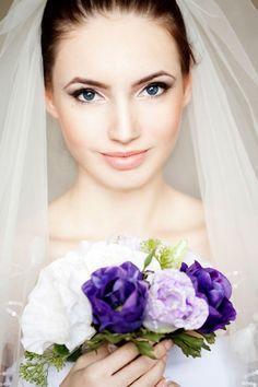 Makijaż ślubny jest wyjątkowy. Ma łączyć makeup dzienny oraz fotograficzny. Ma subtelnie podkreślić urodę panny młodej i być dopasowany do stylu sukni ślubnej oraz charakteru wesela.