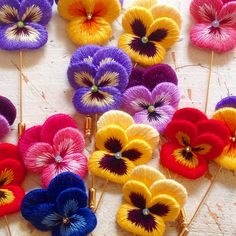 Wool Embroidery, Hand Embroidery Projects, Hand Embroidery Designs, Embroidery Stitches, Textile Jewelry, Fabric Jewelry, Felt Flowers, Fabric Flowers, Doilies Crafts