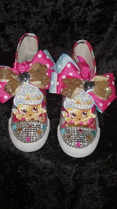 This listing is for a NON-CONVERSE hightop vinyl SHOPKINS inspired shoe with bow and studded toe. Let your child's imagination run wild with this colorful fun shoe. PLEASE ALLOW 10-12 BUSINESS DAYS FO