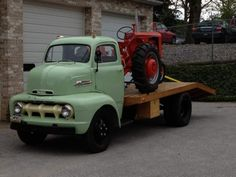 rollerman1: Early 50ies Ford COE with a Case tractor on the deck.