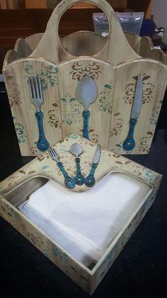 Para deixar sua cozinha ainda mais charmosa que tal esse lindo kit?? Porta Talheres e Porta Guardanapo encontre essas peças e acessórios para decorar aqui==> www.palaciodaarte #portatalher #portapapel #mdf #stencil #palaciodaarte #artesanato
