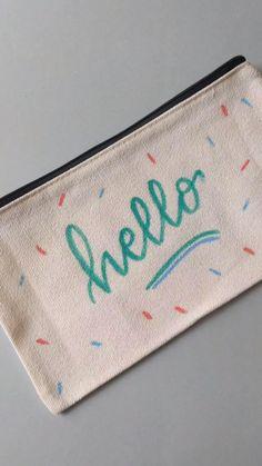 Conseils et astuces pour calligraphier sur du textile Textiles, Coin Purse, Lettering, Purses, Wallet, Calligraphy, Tips, Objects, Handbags