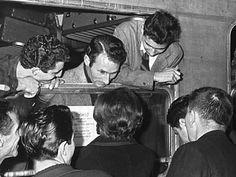 """1955: Deutschland hat 5,6 Prozent Arbeitslosigkeit, trotzdem fehlen gerade in der Schwerindustrie Arbeitskräfte für den weiteren Aufschwung. Kurz vor Weihnachten schließen Deutschland und Italien ein Anwerbeabkommen: In Verona und Neapel sucht das Arbeitsamt nun nach Emigrationswilligen. Die Ära der """"Gastarbeiter"""" beginnt."""