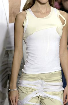 Helmut Lang at Paris Fashion Week Spring 2004 - Details Runway Photos Big Fashion, Fashion Week, Star Fashion, Fashion Brand, Runway Fashion, Fashion Show, Fashion Outfits, Fashion Design, Paris Fashion