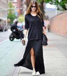 Moletom preto, maxi saia de fenda, tênis branco, total black
