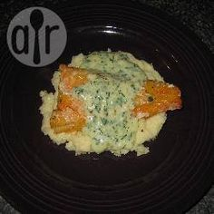 This fish supper is quick and easy to make and very comforting. Garlic mash is topped with pan-fried smoked cod and creamy parsley sauce. Cod Fish Recipes, Seafood Recipes, Vegetarian Recipes, Chicken Recipes, Healthy Recipes, Protein Recipes, Healthy Options, Recipes Dinner, Sauce Béchamel