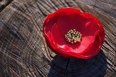 Per la festa della Donna regala una spilla fatta a mano con un fiore che non sfiorisce mai. Ecco come realizzarla utilizzando la fiamma di una candela.