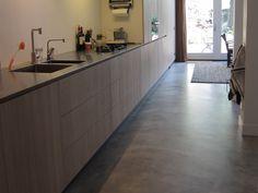Eindhoven: Gepleisterde cementdekvloer als eindafwerking, afgewerkt met een tranparante matte coating.
