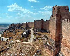 El Castillo de Gormaz es una espectacular fortaleza (alcazaba) musulmana en el corazón de la extremadura castellana, en el costado norte del río Duero en la provincia de Soria.
