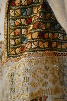 w.adinananu.ro Folk Embroidery, Embroidery Stitches, Embroidery Patterns, Machine Embroidery, Antique Quilts, Folk Costume, Textile Art, Needlepoint, Bohemian Rug
