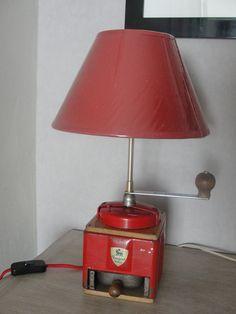 lampe moulin café | Lampe de table objet détourné moulin à café : Luminaires par ... Le Moulin, Oil Lamps, Decoration, Table Lamp, Lights, Peugeot, Appliques, Diy, Design