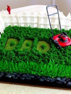We adore this grassy lawn Dad cake for Father's Day!