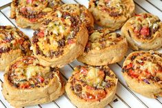 Grove pizzasnurrer med kjøttdeig Norwegian Food, Norwegian Recipes, Pizza Pinwheels, Bruschetta, Baked Potato, Food And Drink, Baking, Dinner, Eat
