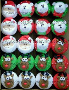 Cupcakes e mini cupcakes decorados para o Natal  http://www.docesdonajoaninha.com.br/