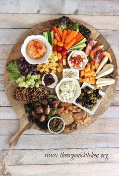 Planche apéritif / Fromage Pain Charcuterie Raisin Melon Légumes Olives Tartinades