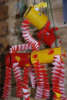 Giraffe marionettes made from paper tubes!  Learn many skills w this #recycle craft #preschool #moms