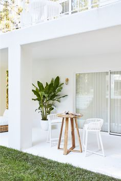 Alfresco dining—House 10. By Three Birds Renovations x Sophie Bell, featuring Dulux White on White.