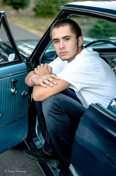 Senior picture pose with car. Classic look. #tipsoomemories