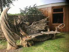 Wood dragon bench by Igor Loskutow. Igor Loskutow used a chainsaw to carve this Incredible dragon bench. Deco Originale, Wooden Animals, Dragon Art, Dragon Garden, Oeuvre D'art, Dragons, Garden Art, Cool Furniture, Backyard