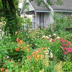 COTTAGE GRADEN house garden with white picket fence and flowers