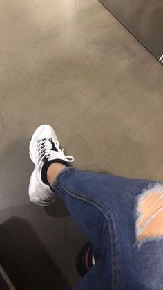 Secrets Of Sneaker Shopping – Sneakers UK Store Stylish Girls Photos, Stylish Girl Pic, Girl Photo Poses, Girl Photos, Tumblr Photography, Photography Poses, Profile Pictures Instagram, Fake Girls, Insta Snap