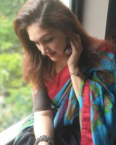 10 Irresistible Plain Salwar and Heavy Dupatta Combinations Saree Hairstyles, Chic Hairstyles, Indian Hairstyles, Hairstyle Ideas, Cute Beauty, Beauty Full Girl, Simple Sarees, Saree Trends, Saree Models