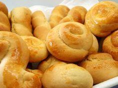 Τα κουλουράκια αμμωνίας είναι τα γνωστά σε όλους πασχαλινά κουλουράκια. Η συνταγή είναι πολύ εύκολη και απλή στην εκτέλεσή της, ώστε να έχετε σίγουρη επιτυχία. Διαβάστε τη συνταγή για τα πασχαλινά κουλουράκια: Υλικά συνταγής: 1 ½ κιλό αλεύρι Greek Sweets, Greek Desserts, Greek Recipes, Greek Cookies, Coconut Flour Cookies, Koulourakia Recipe, Cypriot Food, Cookie Recipes, Dessert Recipes