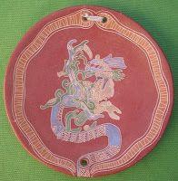 """Kukulcán Serpiente Emplumada y representaba al Dios del Viento (Ehecatl). Las estelas de Yucatán lo representan con el aire saliendo de su boca en similitud con Quetzalcóatl (en Náhuatl: Quetzalcoatl, """"Serpiente Emplumada"""") pero el Kukulcán de los Mayas parece ser diferente en muchos de sus atributos. Suele representárselo con la nariz proboscídea, la lengua y los dientes salidos de la boca y los numerosos adornos de su cabeza de perfil con el ojo en forma de T."""