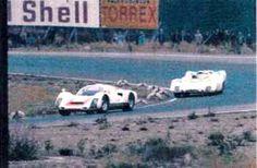 Nordic Challenge Cup 24.8.1969. Vasemmalla Hans Laine Porsche 906:lla, joka oli kyllä urheiluauto, muttei sentään protoluokkaa. Perässä varvaa Jochen Rindt Porsche 908:lla  Laine jäi ilman tulosta.   Niin jäi yleisökin, vaikka täytelähtöinä ajettiin myös F3-kisat.