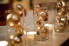 Decorar con bolas de navidad doradas una mesa