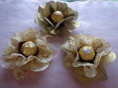 Resultado de imagem para forminha para doces finos dourada Chocolate Flowers, Chocolate Bouquet, Cupcake Wraps, Chocolate Covered, Diy Gifts, Wedding Bouquets, Paper Art, Burlap, Favors