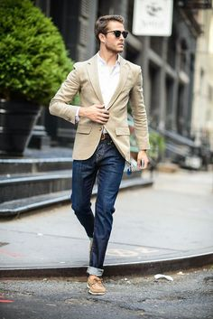 O blazer claro com jeans é uma ótima escolha para usar durante o dia.
