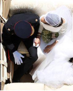 """""""E ti terrò per mano. E mi terrai per mano. E ci terremo nel cuore per sempre."""" Questa per noi è la foto più bella di tutto il #royalwedding...tenersi per mano è tenersi nel cuore ❤ #harryemeghan #yesido #stupendi"""