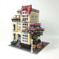 No photo description available. Lego Modular, Arts And Crafts For Kids Toddlers, Lego Christmas Village, Modele Lego, Lego Super Mario, Box Container, Villas, Classic Window, Brick Construction