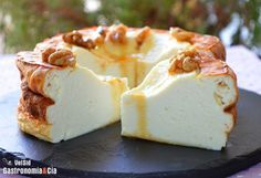 Tarta de requesón 375 gramos de requesón, 250 gramos de yogur natural, 3 huevos L, 50 gramos de harina de repostería, 150 gramos de azúcar, mantequilla para el molde