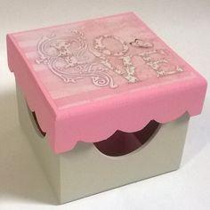 Porta batom 9 divisórias. Tinta pva cintilante Corfix areia e rosa bebê. Découpage adesiva Litoarte DAX-121
