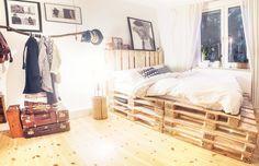 Schlafzimmer in Kupfer, hellem Holz und weiss