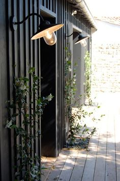 Photo gallery of exteriors by Jean-Florian Leroy, architect of the . - Photo gallery of exteriors by Jean-Florian Leroy, architect of Ile de Ré - Exterior House Colors, Exterior Paint, Exterior Design, Interior And Exterior, Black Exterior, Exterior Lighting, Outdoor Lighting, Lighting Ideas, Outdoor Wall Mounted Lighting