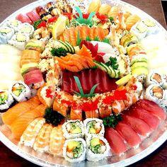 Sushi And Sashimi Sushi Take Out, Sushi Love, Sushi Recipes, Seafood Recipes, Bento, Sushi Comida, Wedding Food Bars, Japanese Food Sushi, Gastronomy Food