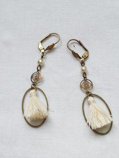Boucles d'oreilles écru / boucles d'oreille de mariée/ boucles d'oreille pompons / bijoux crème. $19,00, via Etsy.