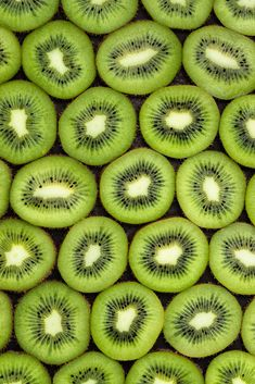 What id the first word when you see the beautiful structure of kiwi fruits? Food Wallpaper, Iphone Background Wallpaper, Green Wallpaper, Fruit And Veg, Fruits And Vegetables, Fresh Fruit, Fruit Photography, Food Photography Styling, Photography Poses