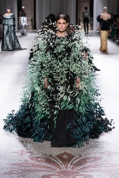 Givenchy Fall 2019 Couture Fashion Show - Vogue Haute Couture Looks, Style Couture, Haute Couture Fashion, Look Fashion, Runway Fashion, Autumn Fashion, Fashion Design, High Fashion, Fashion Ideas