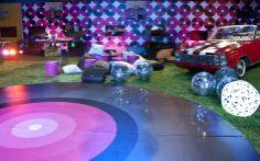 A pista de dança e a decoração das paredes lembram discos de vinil. Quem não fica com vontade de dançar?