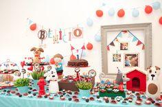 Para comemorar o primeiro ano do filho, a mãe Milena Lopez, sócio proprietária da empresa de decoração de festas MINIMIMO Gifts, se inspirou na bonita amizade entre o filho e Carlinho, o cachorro, como tema da festa de aniversário. O resultado foi originalidade e muitos suspiros da nossa parte
