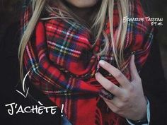 Tendance de mode, l'écharpe tartan écossais rouge, un accessoire homme et femme à carreaux en laine de taille maxi XXL à porter en châle pour l'hiver.