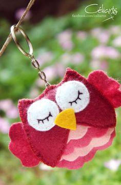 É uma corujinha rosa, cheinha de babadinho. você crê? desaforo da fofura!