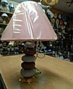 Cerámica rosa y malva, pie metal dorado. Pantalla rosa, bombilla e-14. PVP 14,90€